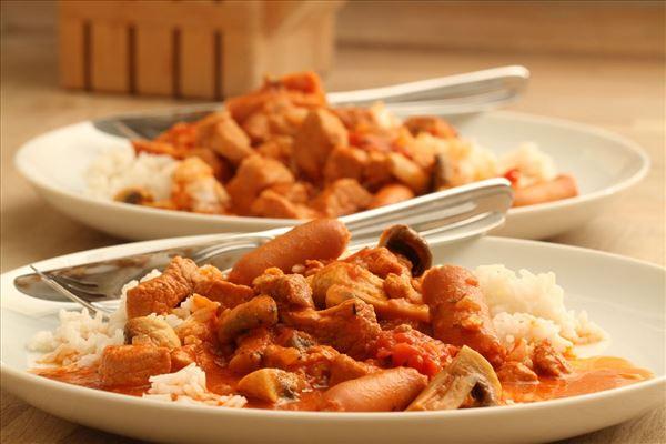 Skinkegryde med cocktailpølser serveret med ris