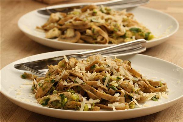 Frisk pasta med grøn pesto og kylling